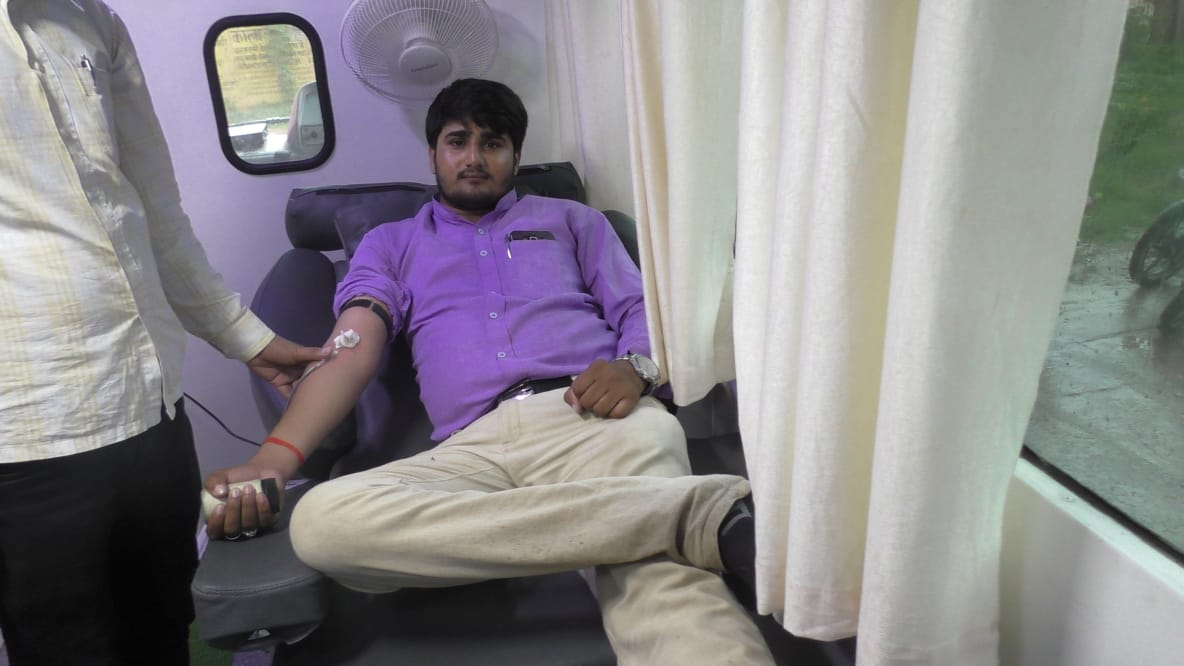 हिंदी समाचार  युवा पत्रकारो ने रक्तदान...