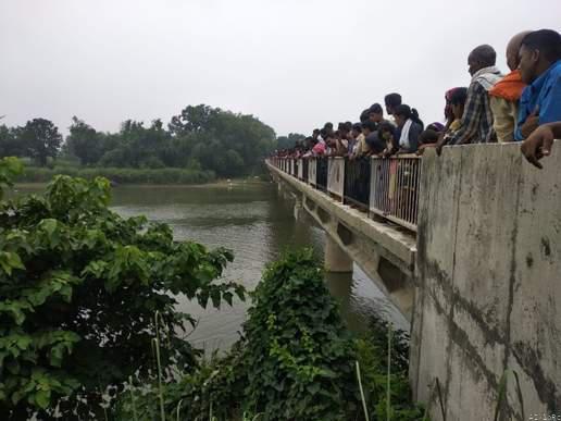 हिंदी समाचार |चनुकी पुल से गंडक नदी में...