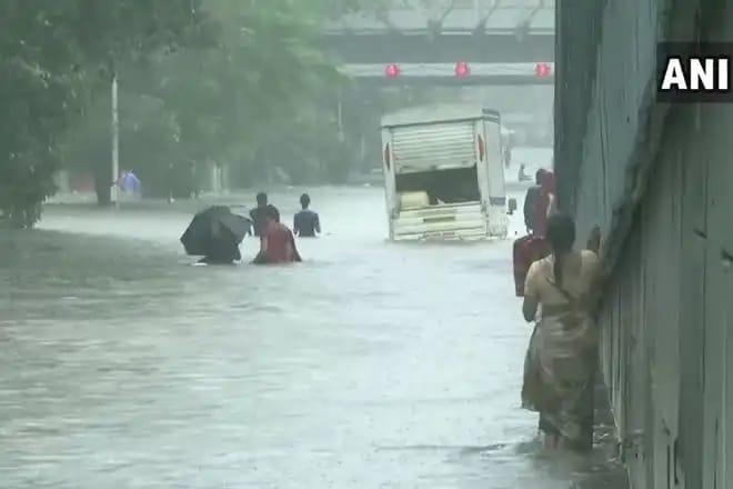 हिंदी समाचार  लगातार बारिश के वजह से मुंबई...