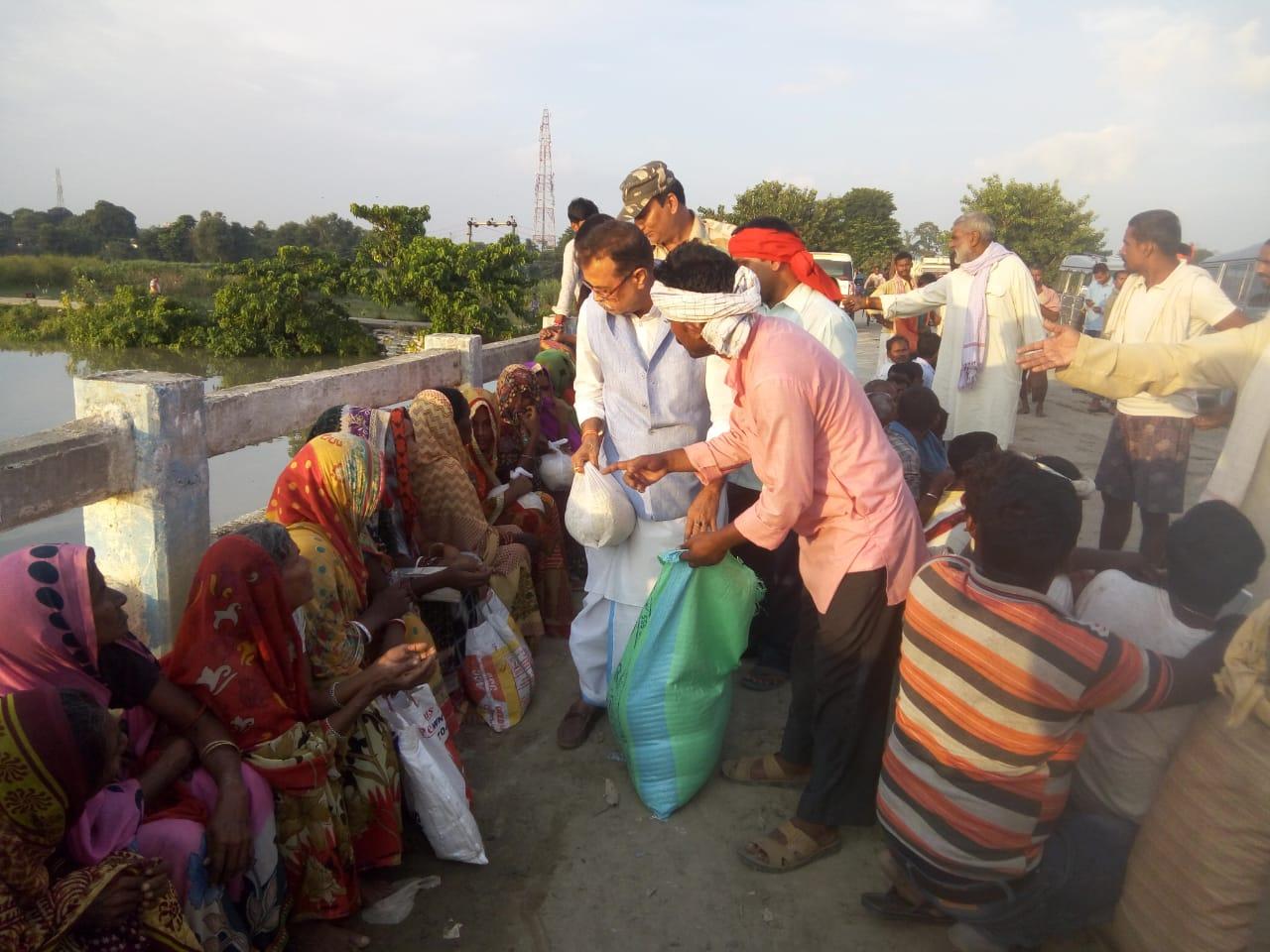 हिंदी समाचार | बछवाडा़ के दियारा में महज़ कालापानी की सजा भुगत रहे बाढ़ पिडी़तों का सहारा बने विनय सिंह