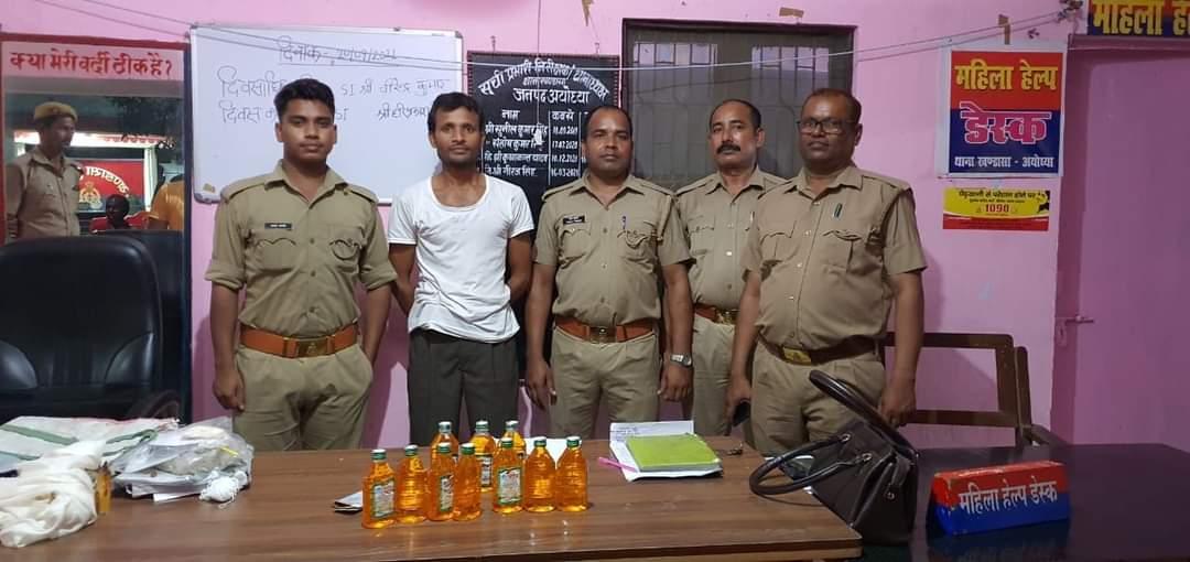 हिंदी समाचार  आबकारी टीम ने देसी शराब के साथ...