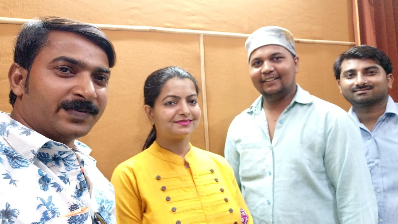 हिंदी समाचार | भोजपुरी गायक राजेश परदेशी व गायिका तृप्ति शाक्या ने गाया युगल गीत