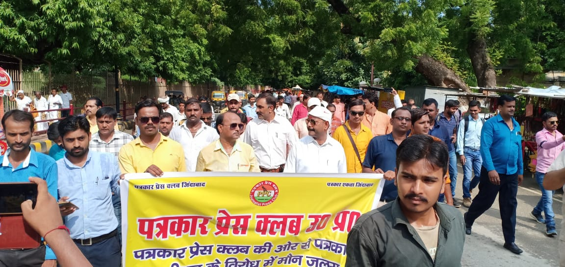 हिंदी समाचार | डीएम के खिलाफ लामबंद हुए...