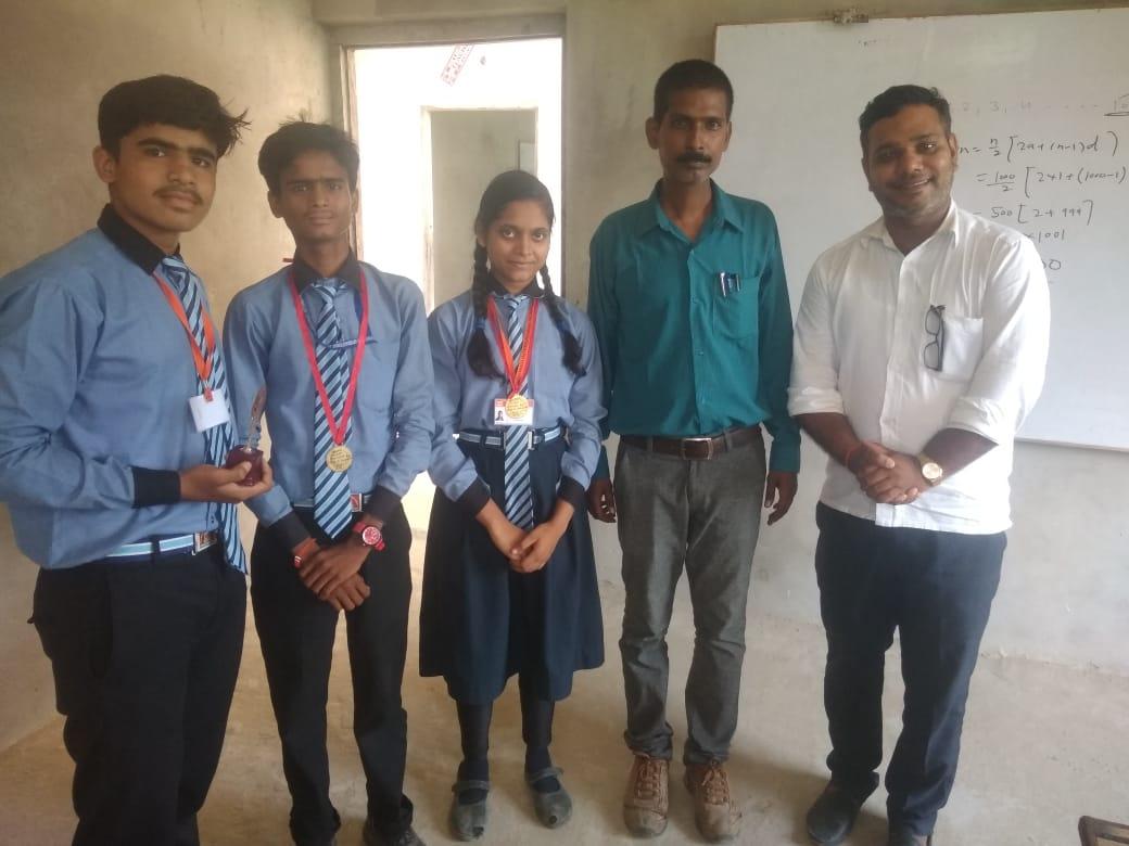 हिंदी समाचार | मेधावी छात्रों को अवार्ड से...