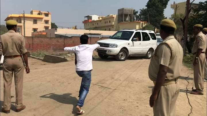 हिंदी समाचार | सीएम योगी को सपा कार्यकर्ता ने दिखाया काला झंडा