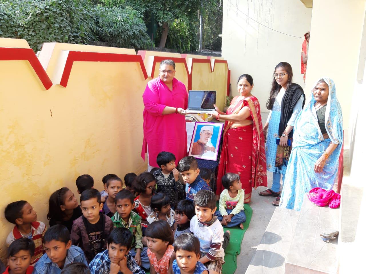 हिंदी समाचार | बच्चों को बाँटा लैपटॉप, मनाया...