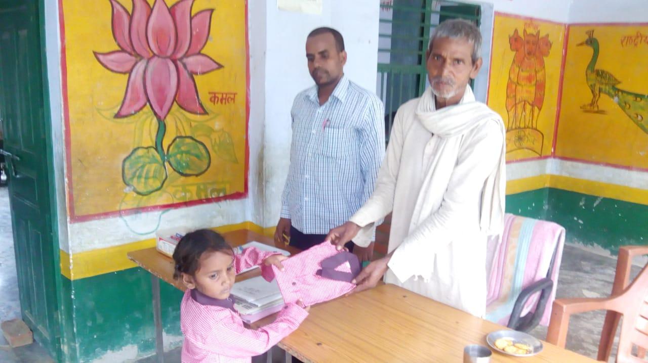 हिंदी समाचार  ड्रेस पाने पर खुश हुए बच्चे