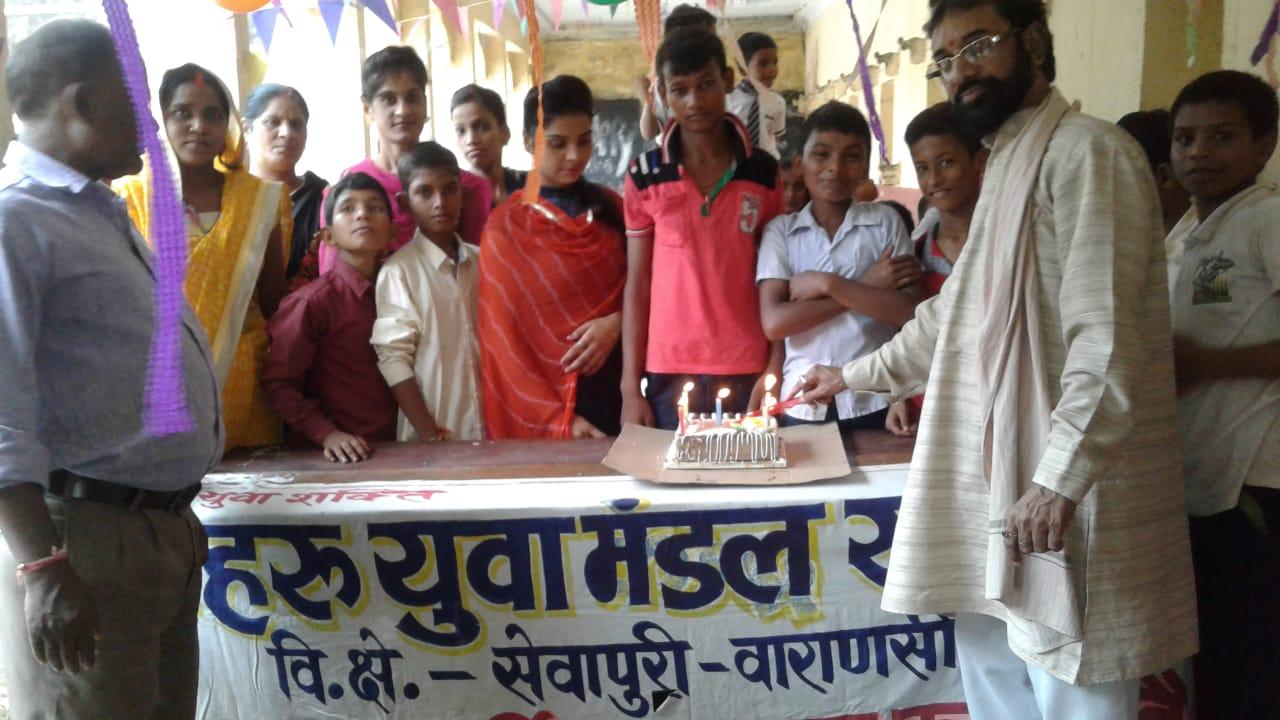 हिंदी समाचार |शिक्षक और बच्चों ने केक काटकर...