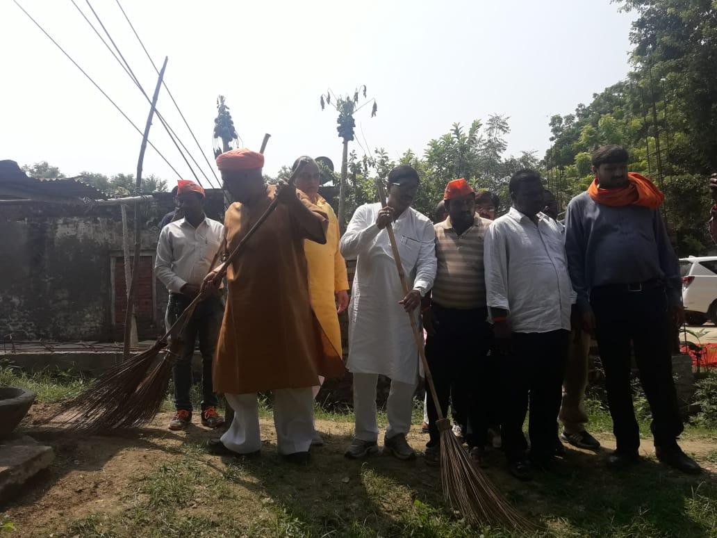 हिंदी समाचार |सासंद ने झाडू लगाकर किया...