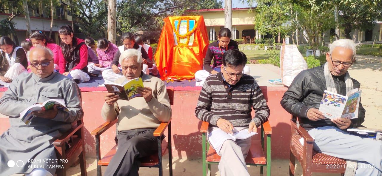 हिंदी समाचार  छात्र-छात्राओं ने किया मौन...