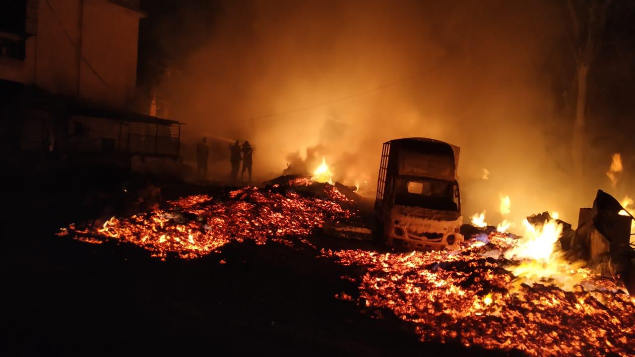 हिंदी समाचार |भंगार गोदाम में भीषण आग 12...