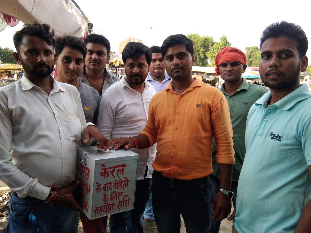 हिंदी समाचार |केरल में बाढ़ पीड़ितों के बीच...