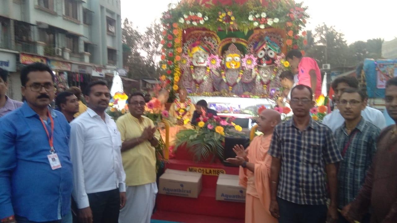 हिंदी समाचार | भगवान जगन्नाथ रथयात्रा में उमड़े हजारों लोग, आरती सड़क पर झाड़ू करते पूरी हुई रथयात्रा