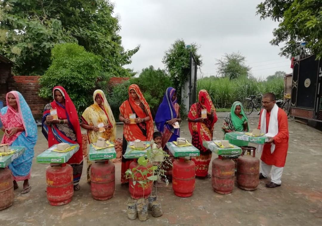 हिंदी समाचार |गैस कनेक्शन पाकर खुश हुई...